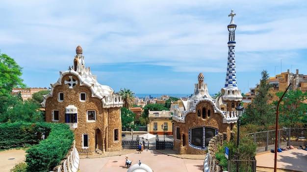 Parc guel gebouwen met ongewone architecturale stijl stadsgezicht op de achtergrond