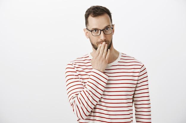 Pardon, waar zijn mijn manieren. onhandige, verlegen knappe man met borstelharen in brillen