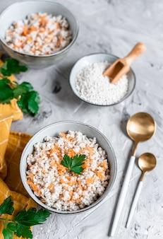 Parelgort met wortelen, gezond voedselconcept, ontbijt