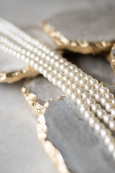 Parelketting op gouden marmer ethische sieraden luxe achtergrond sieraden als een geschenkconcept parels zijn beste vriendinnen voor meisjes