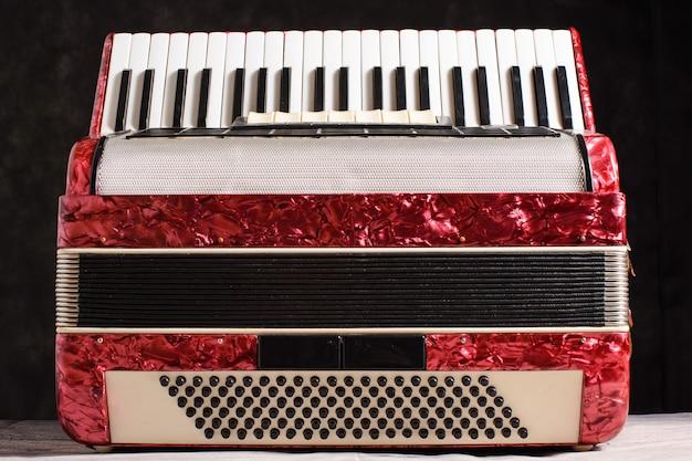 Parelmoer accordeon op een zwarte achtergrond.