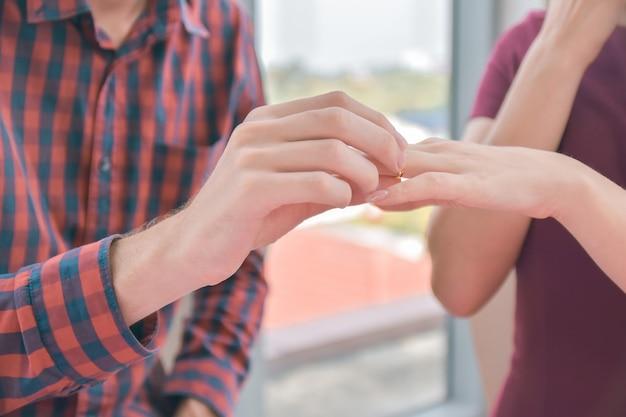 Paren houden handen vast en stellen een huwelijk op tafel voor