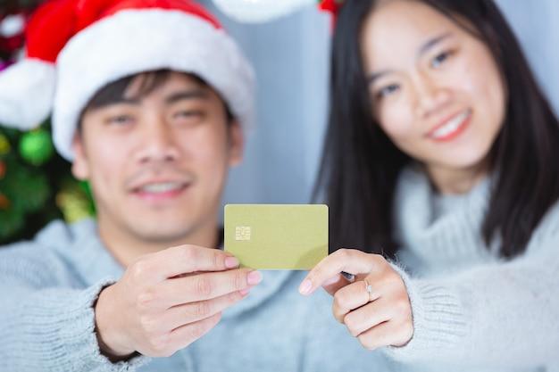 Paren in kerstmuts creditcard bij elkaar te houden