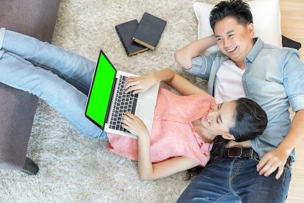 Paren liggen met behulp van laptop