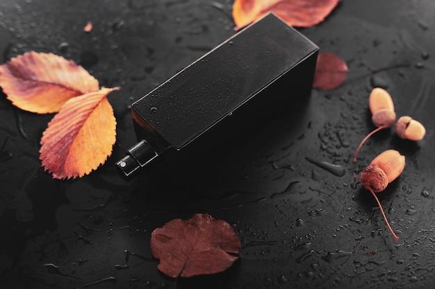 Parfum en droge bladeren op natte achtergrond
