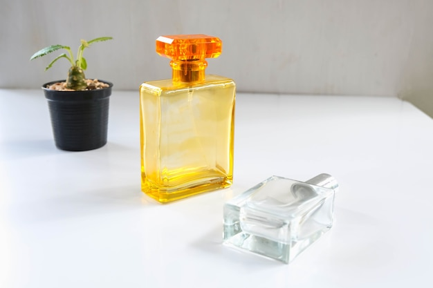 Parfum en parfumflesjes op tafel