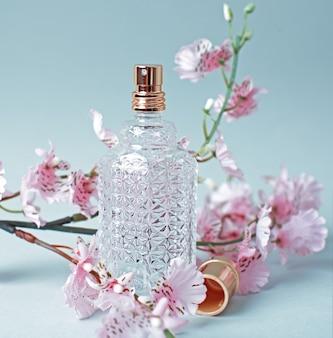Parfum en roze bloemen