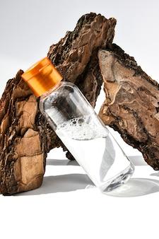 Parfum in boomschors met druppels water.