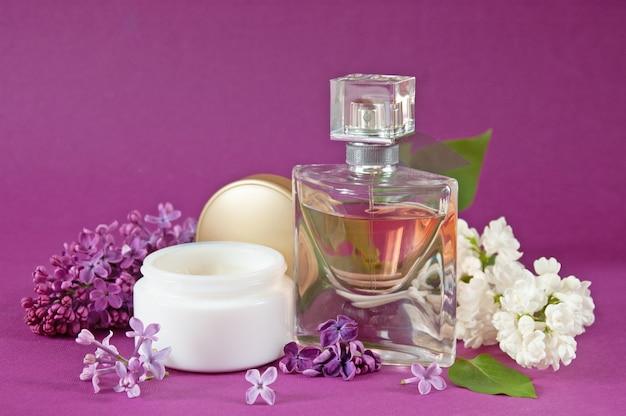 Parfumcrème cosmetica en extract in lila cosmetische set