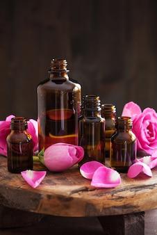 Parfumerie met aromatherapie en etherische olie en rozenbloemen