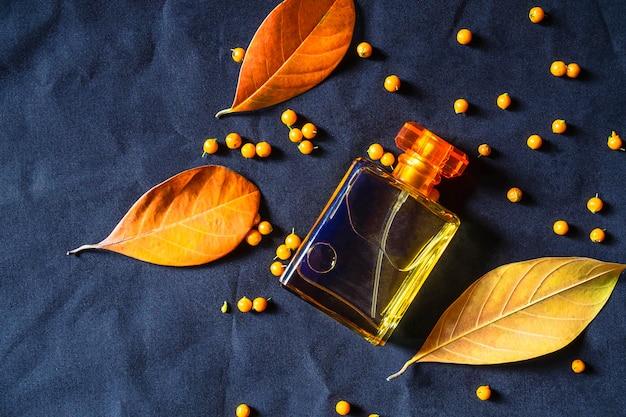Parfumfles en gouden parfum op een zwarte achtergrond
