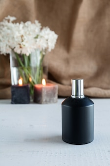 Parfumfles met bloemen