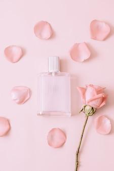 Parfumfles met rozenblaadje