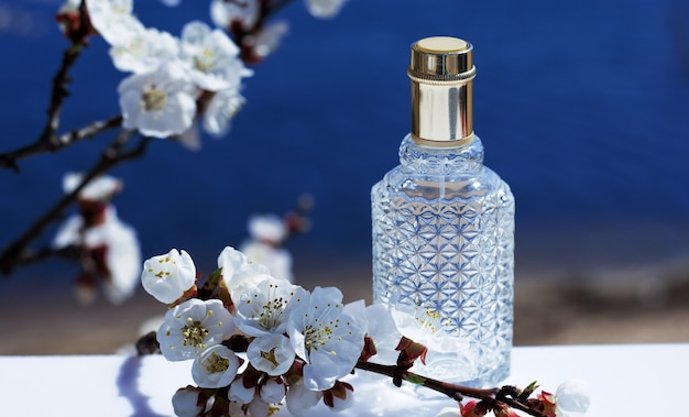Parfumfles op aard. parfumflesje op natuurcosmetica geurcollectie