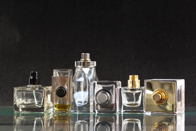 Parfumflesje in het donker