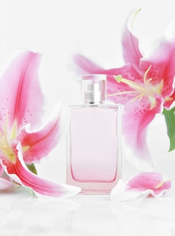 Parfumflesje met roze leliebloemen