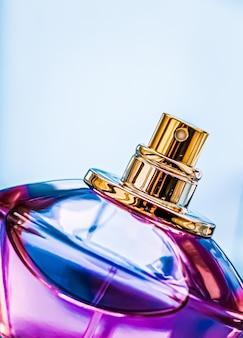 Parfumflesje op glanzende achtergrond zoete bloemengeur glamour geur en eau de parfum als vakantie...