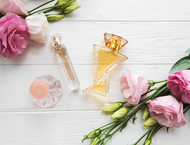 Parfumflesjes met bloemen