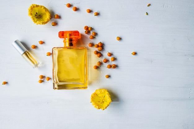 Parfumflesjes met gele bloemen