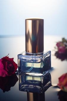 Parfummonster met gedroogde rozenbloemen op een wateroppervlak