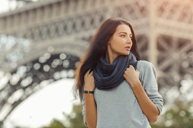 Parijs eiffeltoren toeristische vrouw met rugzak wandelen van de eiffeltoren, parijs, portret van