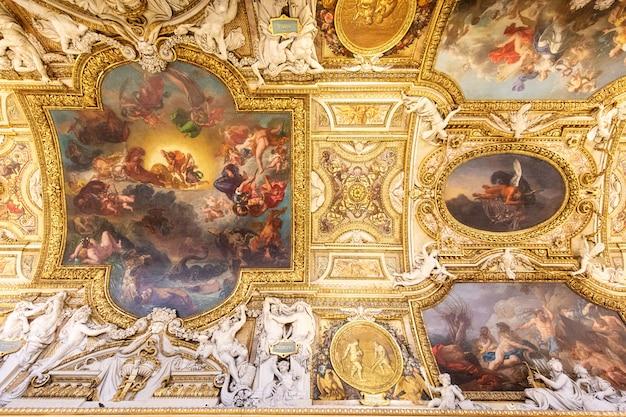 Parijs, frankrijk, 15 januari 2016: uitzicht op de schoonheid van het louvreplafond in het museum, een van de meest bezochte plaatsen ter wereld.