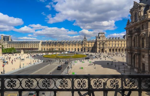 Parijs frankrijk april plein voor louvre museum in parijs