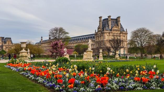 Parijs frankrijk april prachtige lente tuileries tuin en uitzicht op het louvre paleis
