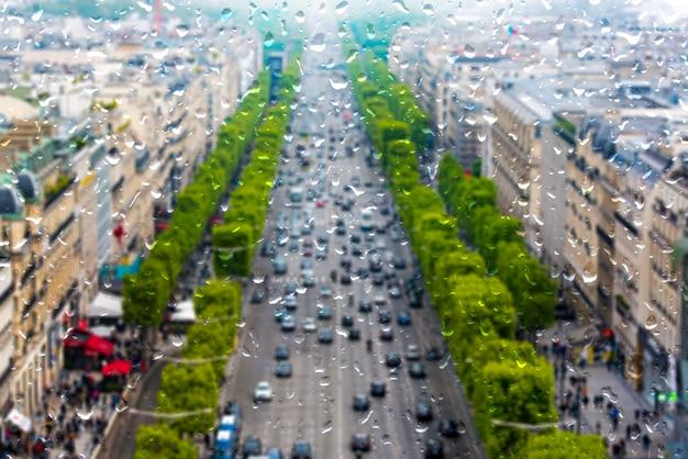 Parijs tijdens zware regen, regenende dag in parijs, druppels op het raam