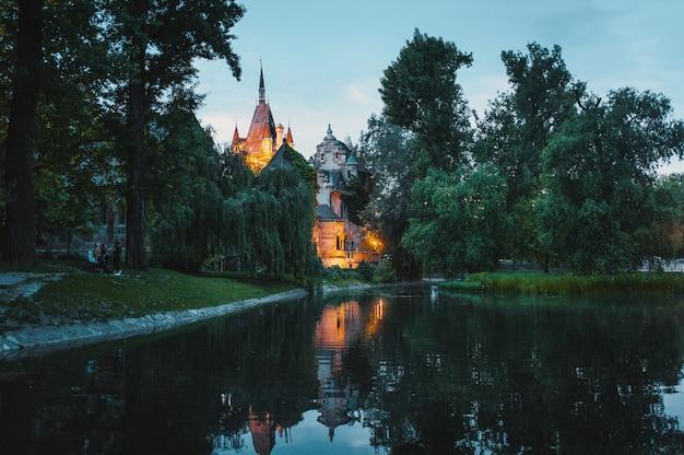 Park achter het kasteel vajdahunyad in boedapest, hongarije.