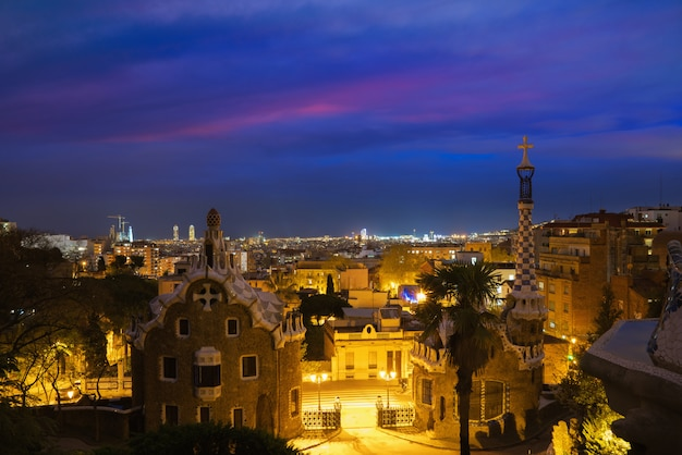 Park guell in barcelona, spanje bij nacht. skyline van barcelona.