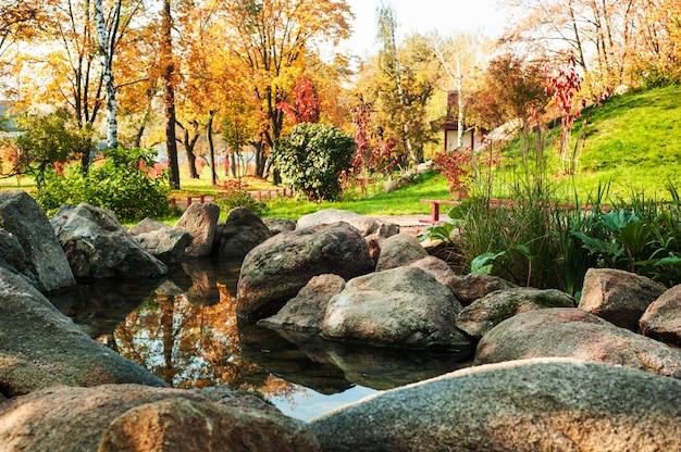 Park in japanse stijl met rode brug