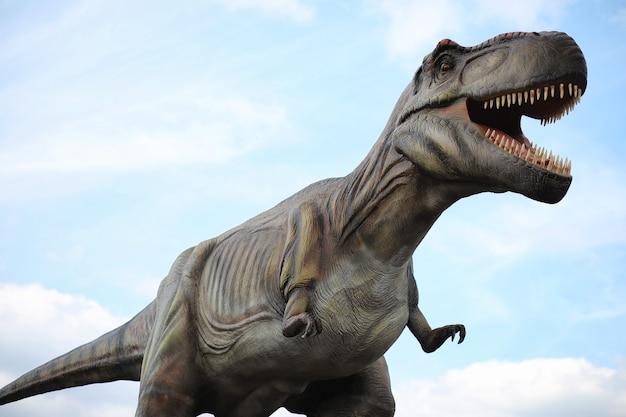 Park van dinosaurussen. een dinosaurus op de achtergrond van de natuur. stuk speelgoed dinosaurussen in pretpark.