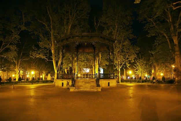 Park zrinjevac bij nacht in de stad van zagreb, kroatië