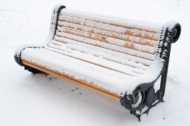 Parkbank bedekt met sneeuw