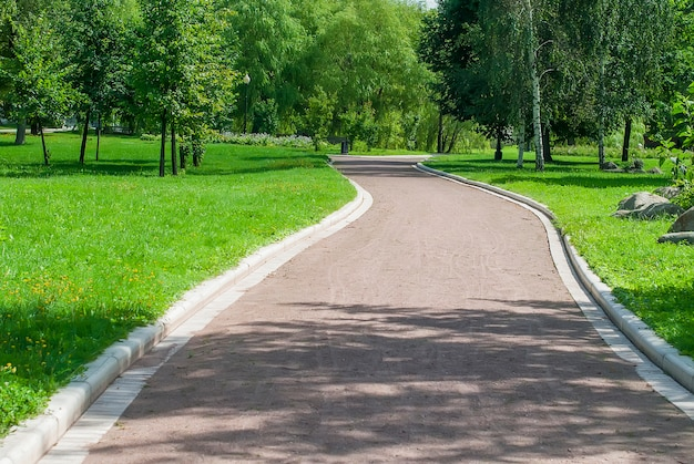 Parkbank en steeg in park in openlucht