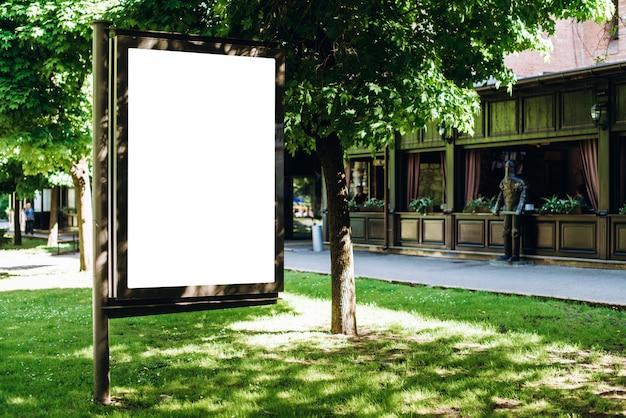 Parkeer wit reclamebord, geplaatst op het plein.