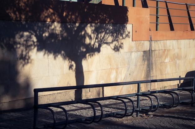 Parkeerfiets met schaduw van boom