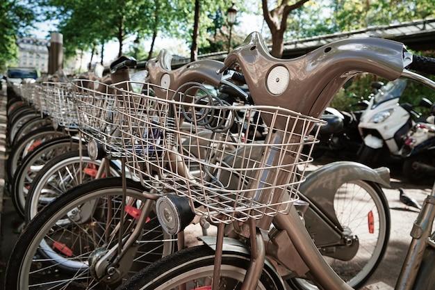Parkeerplaats met fietsen te huur op straat