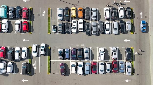 Parkeerplaats met veel auto's luchtfoto drone van bovenaf, stadsvervoer en stedelijk concept