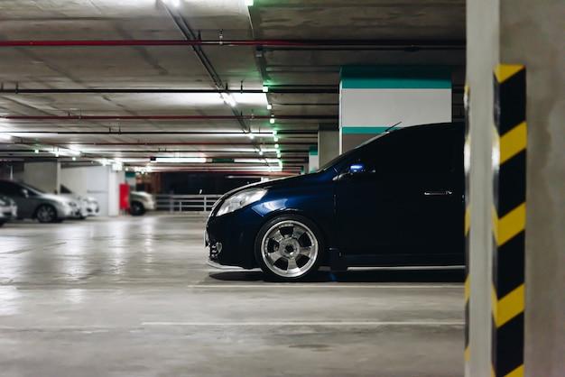 Parkeerplaats of parkeergarage in stedelijke gebieden