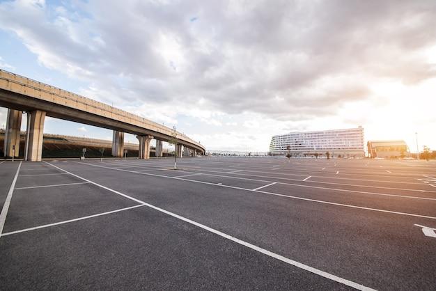 Parkeerplaats pendelen buitengebied auto