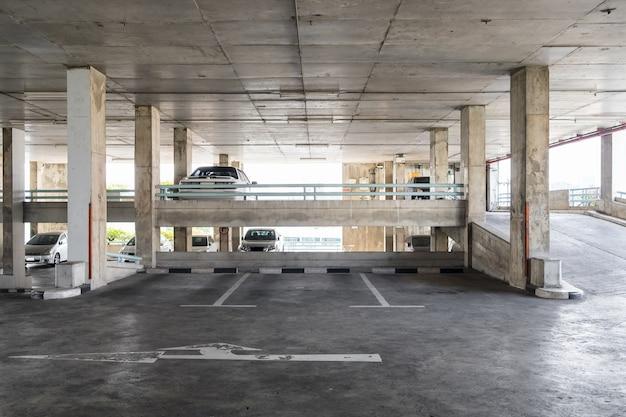 Parkeren binnen oud gebouw