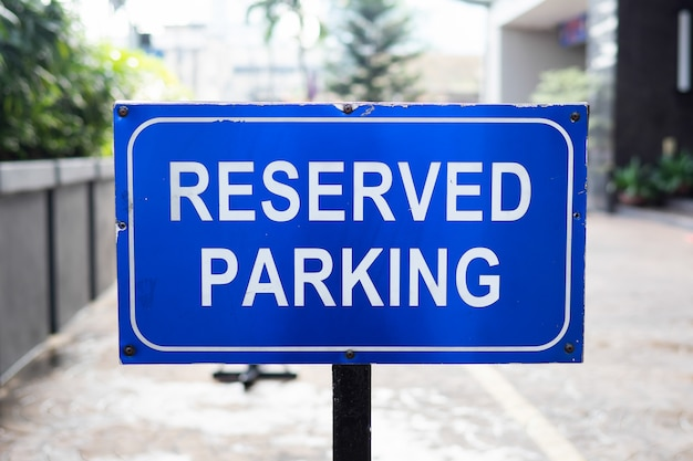 Parkeren gereserveerd teken, ruimte gereserveerd in een kleinhandelsparkeerterrein