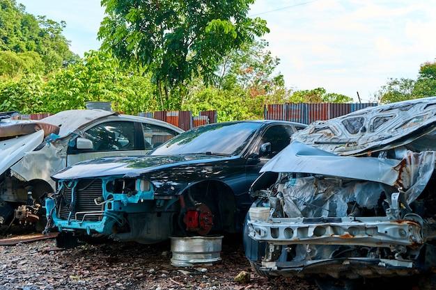 Parkeren van beschadigde auto's na een ongeval. langkawi, maleisië - 23.06.2020