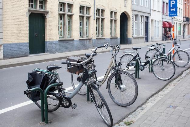 Parkeren voor fietsen in het centrum van de oude europese stad