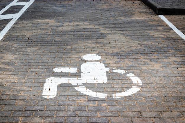 Parkeren voor mensen met een handicap. een bord dat een parkeerplaats voor mensen met een handicap aangeeft.