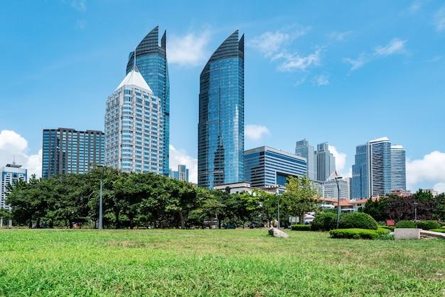 Parkgazon en moderne stedelijke architectuur in qingdao, china