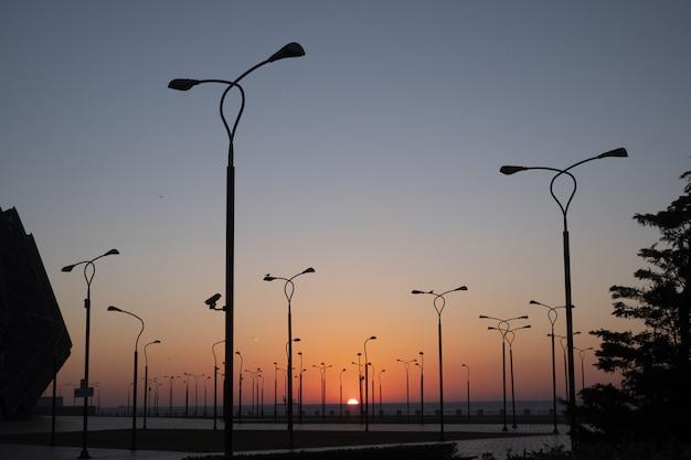 Parkkant met tribunes en projectoren tegen blauwe hemel