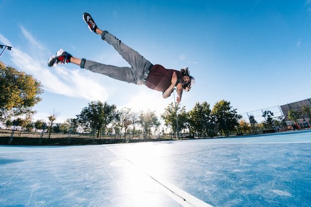 Parkour-man doet trucjes op straat - vrije hardloper die zijn acrobatische haven buitenshuis traint